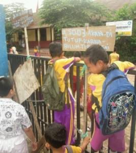 Siswa memanjat pagar di SD Jurang Mangu foto:kabartangsel.com