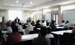Pak Ari Wijaya sedang menyampaikan materi strategic Sourching