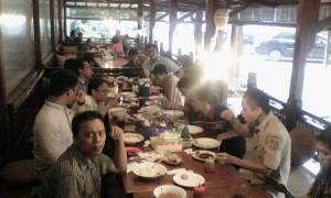 Suasana makan bersama teman teman