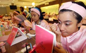 PELATIHAN RIAS - Salah satu peserta pelatihan Tata rias terlihat sedang belajar cara menggunakan alat make up di Lembur Kuring, Serpong, Rabu (18/11). Pelatihan Tata rias yang di adakan Badan Pemberdayaan Masyarakat Pemberdayaan Perempuan dan keluarga Berencana (BPMPPKB) kota Tangerang Selatan ini bertujuan untuk meningkatkan peran wanita dalam memajukan keluarga yang sejatera. DemySanjaya/Tangselpos