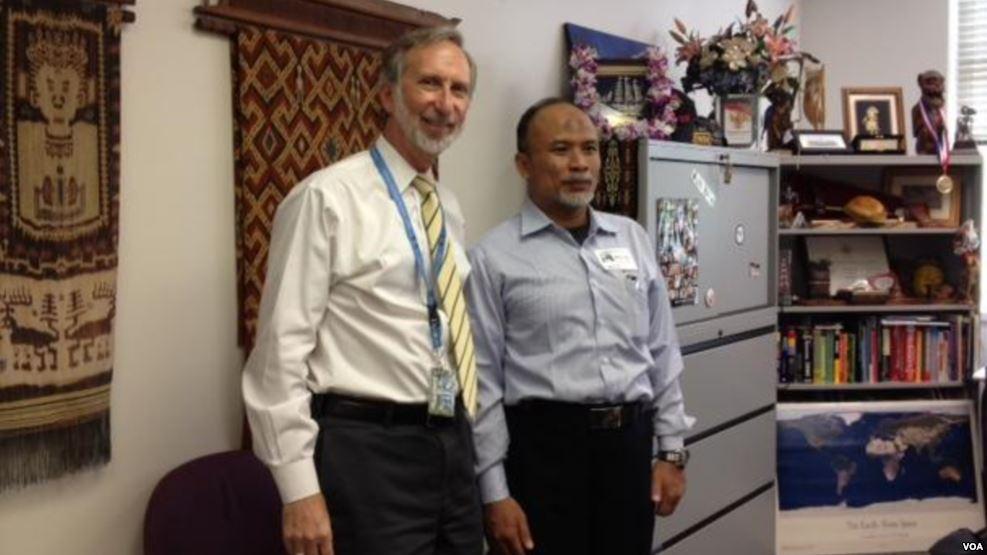 Samson Rahman bersama Kepala Voice of America di Washington DC