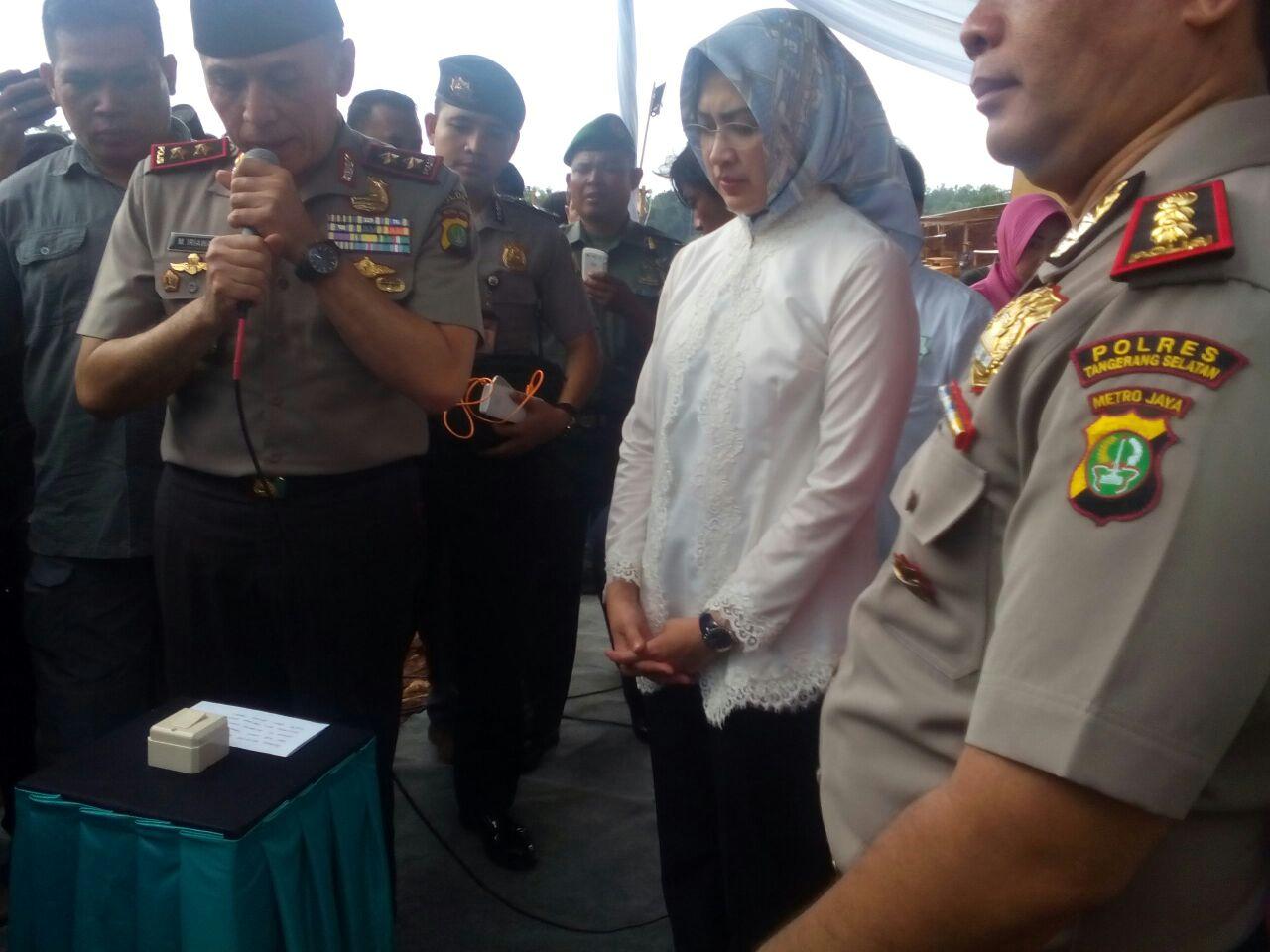 Airin dan Irjen Pol Moh Iriawan pada peresmian Masjid Daarul Aman di lingkungan Polres Tangsel (7/10/2016). Foto. Dok. Tangsel Media