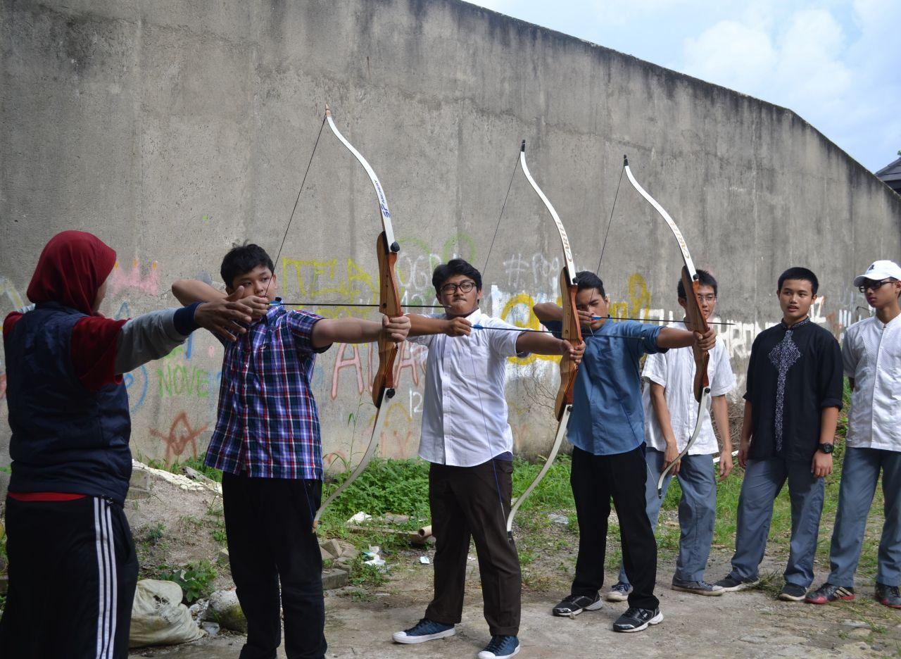 Siswa SMAIT Aulia sedang berlatih memanah. Foto: TangselMedia