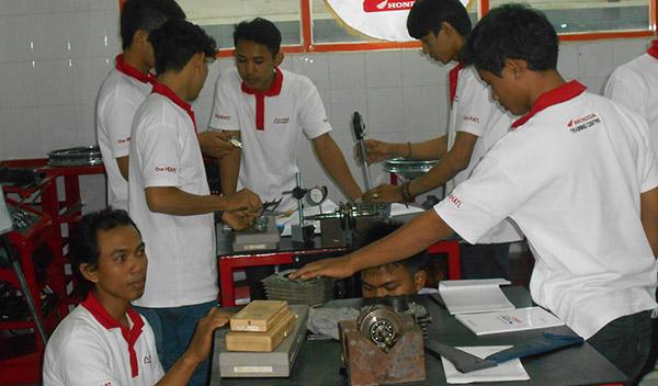 Pelatihan Mekanik Motor Honda. Foto: TangselMedia