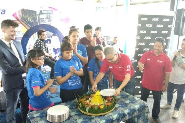PT Transjakarta Merayakan Hari Ulang Tahun Dengan Potong Tumpeng di Halte Kampung Melayu