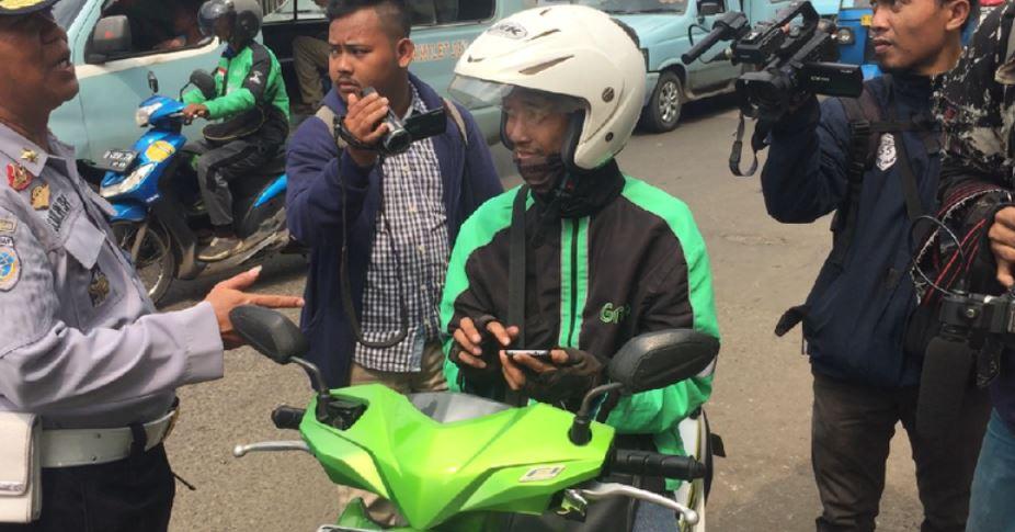Pengendara Roda Dua Ditegur Polisi