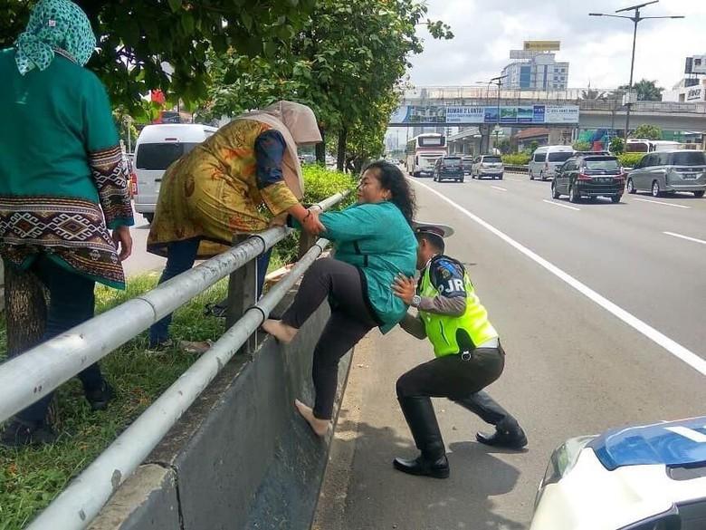 Polisi Membantu ibu-ibu Panjat Pembatas Jalan Tol Menjadi Viral
