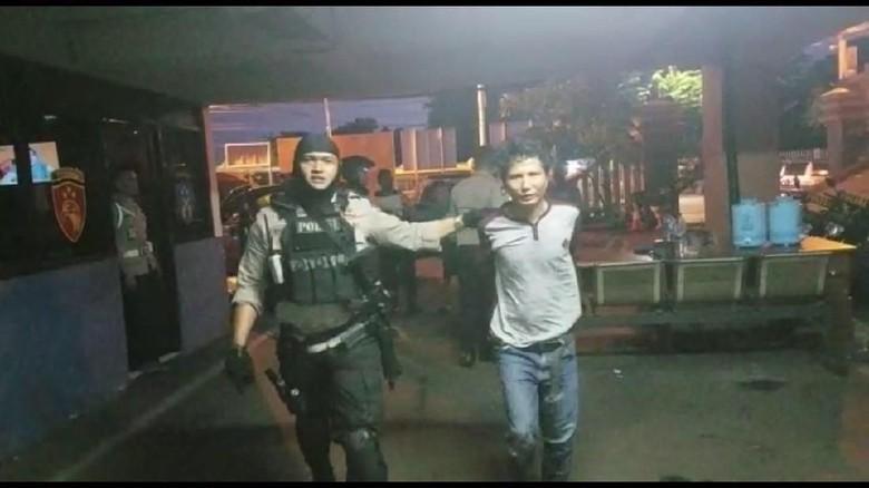 Di Stasiun Jatinegara Polisi Menangkap Penjambret HP