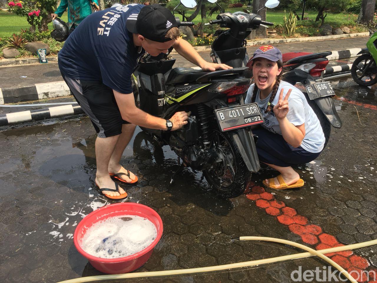 Ramai Kelakuan Bule Cuci Motor Gratis di Tebet