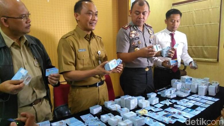Di Bogor e-KTP yang Tercecer Dipotong