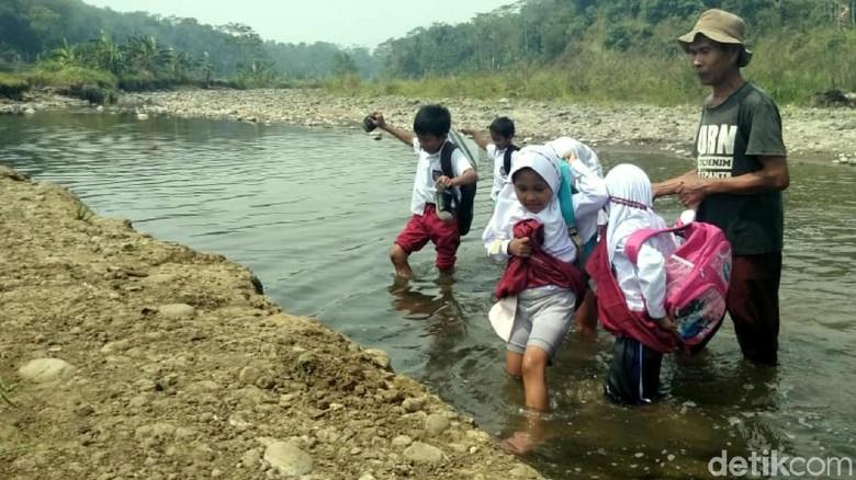 Pelajar Sukabumi Nekat Terobos Sungai, Demi Bersekolah
