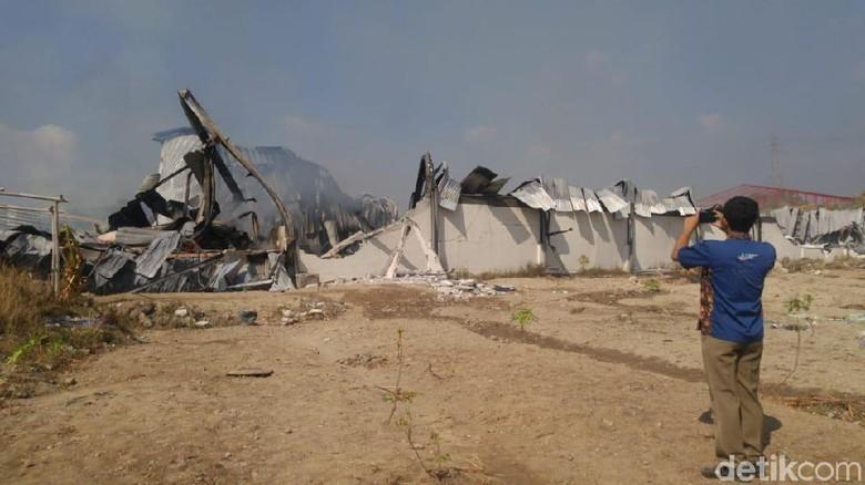 Kebakaran Pabrik Popok di Semarang Belum Padam Juga, Padahal Sudah 15 Jam