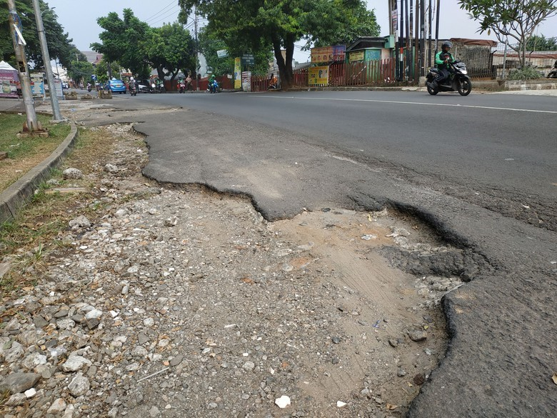 Hati-Hati! Lubang Besar di Jalan Tole Iskandar Depok