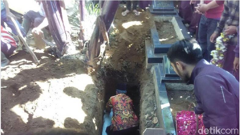 Pemakaman Ella Wanita Cantik Korban Pembunuhan Menyelimuti Duka Keluarga