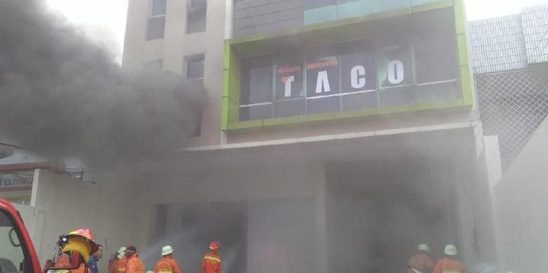 Ruko di Jakarta Barat Terbakar, 12 Unit Mobil Pemadam Kebakaran Diterjunkan