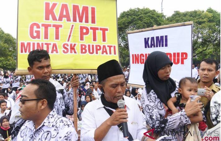 Guru dan Pegawai Honorer Jember Demo Tentang Kesejahteraan