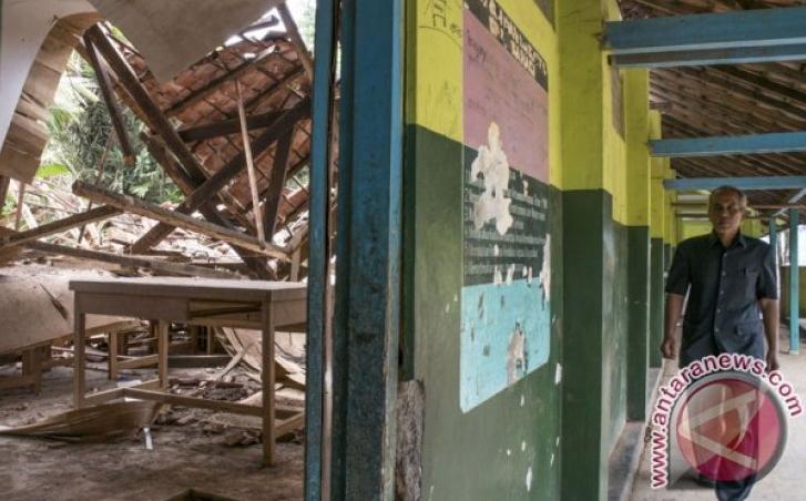 Bangunan Sekolah Ambruk Dihampas Angin Kencang di Karawang