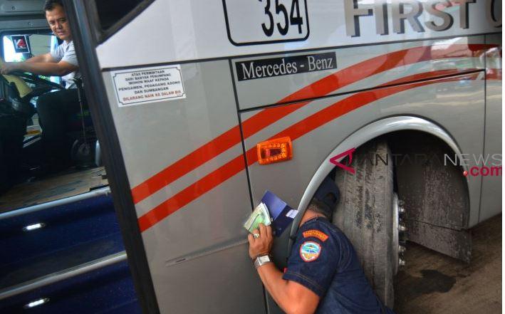 Petugas Gabungan Menggelar Uji Kelaikan Kendaraan Umum
