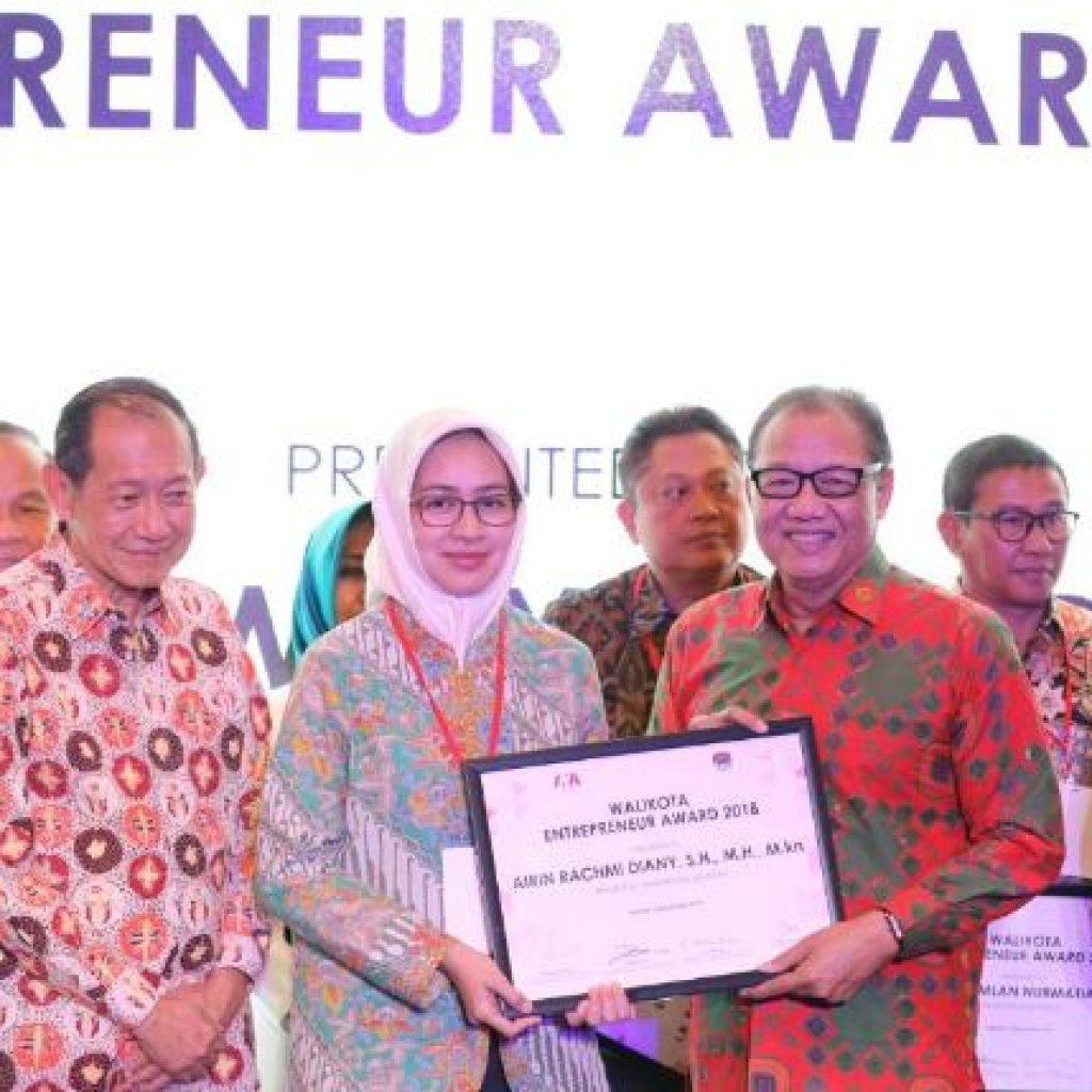 Airin Raih Walikota Entrepreneur Award 2018 Kategori Investasi