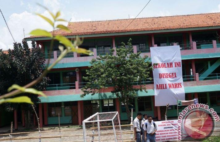 Warga Mensegel SDN Di Sampang