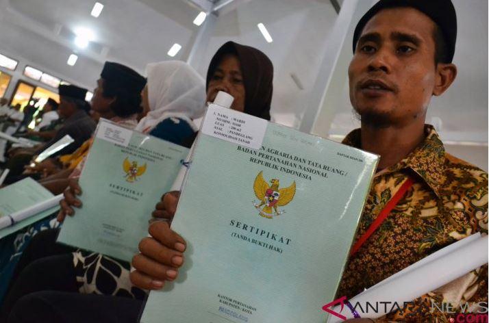 Pemerintah Menyerahkan 8.225 Sertifikat Tanah Warga Banten