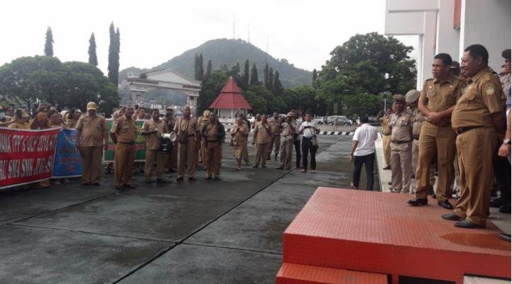 Sekitar 50 Guru Jayapura Demo Menuntut Pembayaran Uang Lauk-Pauk