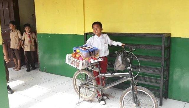 Kisah Anak Yatim Piatu Yang Jualan Cilok Seusai Pulang Sekolah Untuk Menghidupi 2 Adiknya