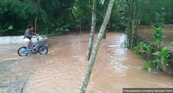 Warga Tangerang Khawatir Anak-Anak Jadikan Luapan Air Kali Di Tandon Ciator Arena Bermain