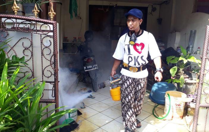 DBD Mewabah Di Ciputat, Caleg PKS Lakukan Fogging