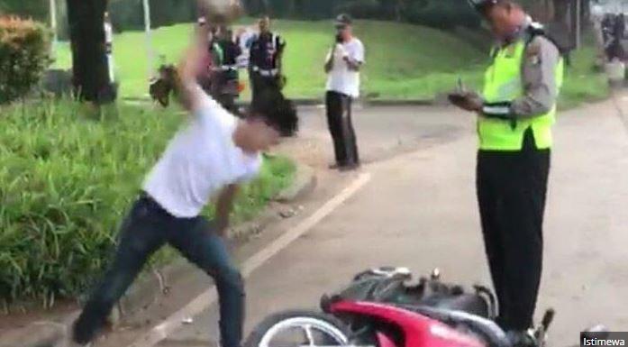 Viral Seorang Pria Di Serpong Rusak Motor Sendiri Karena Ditilang Dan Ketenangan Bripka Oky