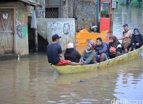 Pelajar Dan Emak-Emak Terobos Banjir Baleendah Bandung