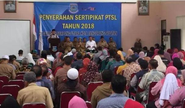 Walikota Tangerang Selatan Menyerahkan Sertifikat Gratis Pada Warga Serpong Utara
