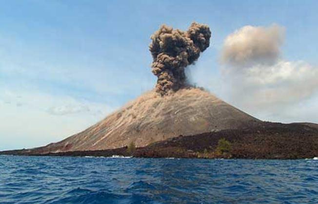 Status Waspada, Gunung Anak Krakatau Kemerin Digoyang 10 Kali Gempa