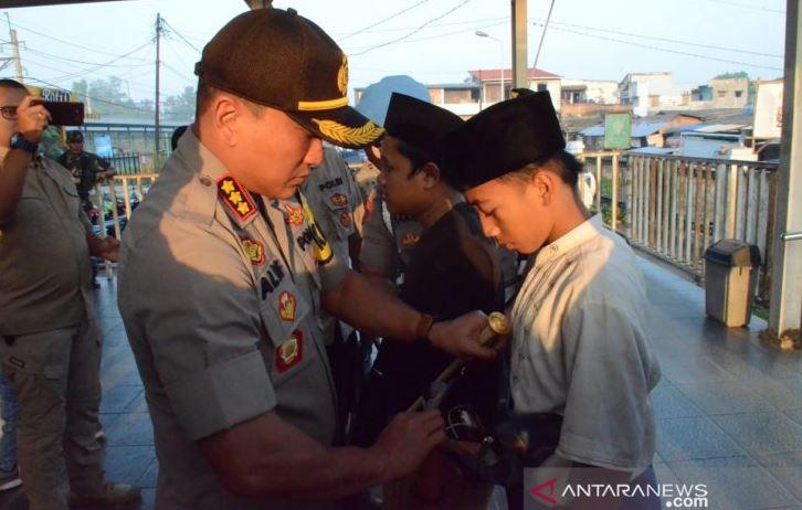 Polisi Tangerang Menghadang Belasan Anak Yang Ikut Demo Ke Jakarta