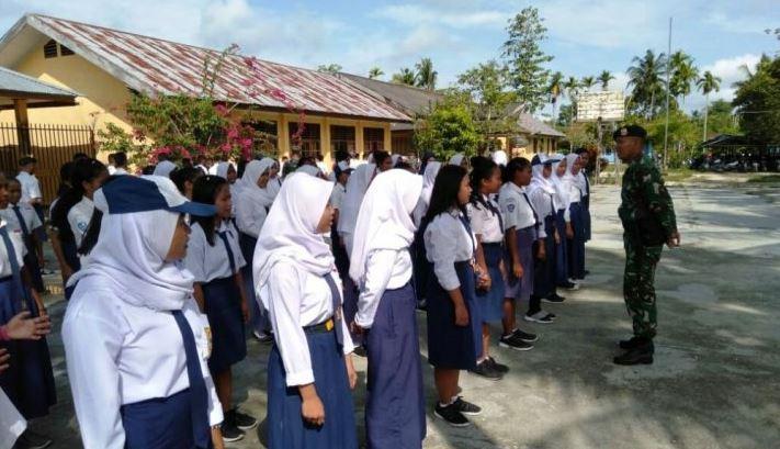 Peringatan Hari Pendidikan Nasional Pelajar Di Perbatasan Dilatih Kedisiplinan