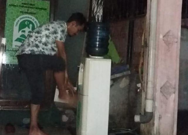 Imbas Pemadaman Listrik, Jamaah Masjid Ar Rahman Rempoa Wudhu Dengan Air Aqua Galon