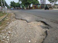 Hati-Hati! Lubang Besar Ada di Jalan Tole Iskandar Depok