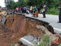 Akses Jalan Padang-Jambi Terputus Akibat Tanah Longsor