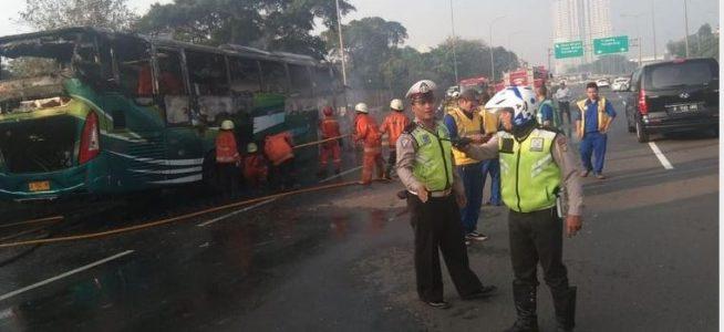 Bus Terbakar Di Ruas Tol JLB Arah Cengkareng Dikarenakan Pecah Ban