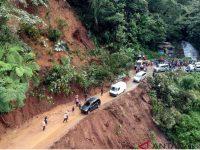 Tiga Mobil Terseret Longsor Di Sitinjau Lauik, Padang Sumatera Barat