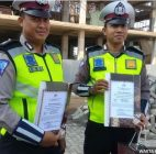 Dua Polisi Yang Sabar Mengadapi Pemotor Yang RUsak Kendaraan Sendiri Diberi Penghargaan