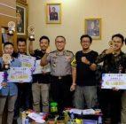 Kapolresta Tangerang Menyerahkan Hadiah Kepada Enam Orang Pemenang Lomba Literasi Digital