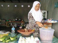 Di Sampit Penjual Pencok Bersama Anaknya Berangkat Ke Tanah Suci