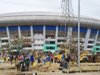 Ratusan Warga Bandung Gotong Royong Membersihkan Stadion GBLA Yang Terbengkalai