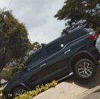 Hilang Kendali, Sebuah Mobil Fortuner Menabrak Trotoar Hingga 'Nyangkut' Di Bundaran Di Tangsel