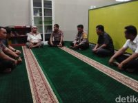 Polisi Yang Memasuki Sepatu Di Masjid, Mendatangi dan Meminta Maaf Ke Pengurus Masjid