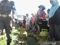 Ratusan Warga Palu Mengantri Untuk Mendapatkan Gas Elpiji Bersubsidi