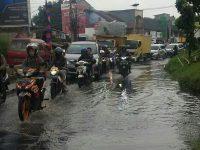 Hujan Deras Hasilkan Banjir di Jalan Siliwangi