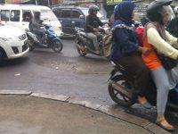 Lubang Besar di Jalan Depan R.S. Sari Asih Ciputat Belum Diperbaiki