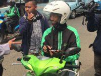 Pengendara Roda Dua Ditegur Polisi Menggunakan GPS Saat Mengemudi di Jatinegara